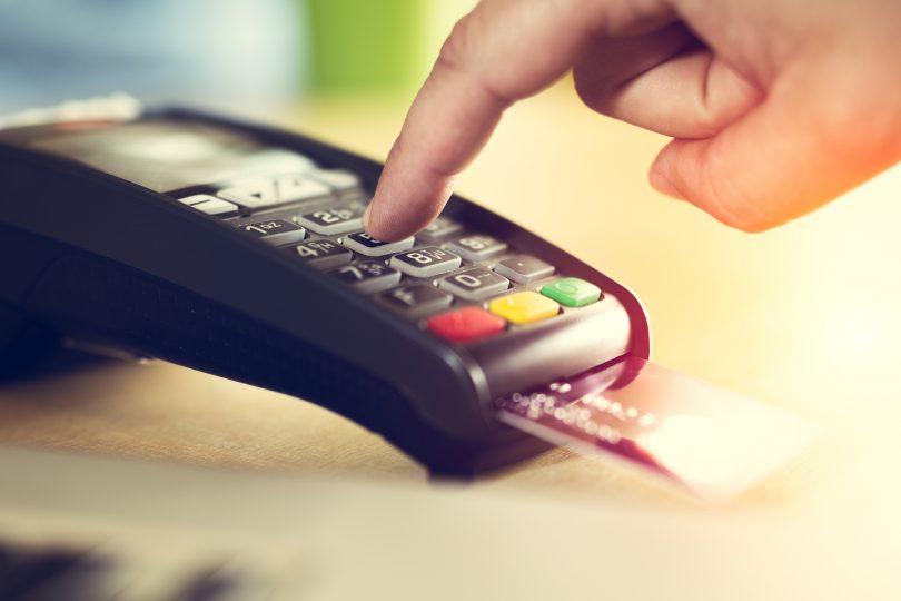 Gastos con tarjeta en el exterior: ¿conviene pagarlos en pesos o en dólares? | Garantia Plus