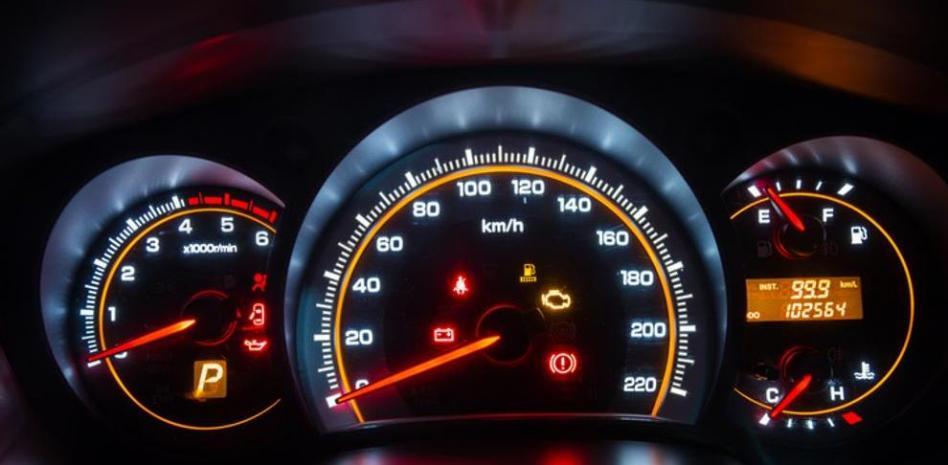 Alertas de avería: qué significan los testigos iluminados del coche | Garantia Plus
