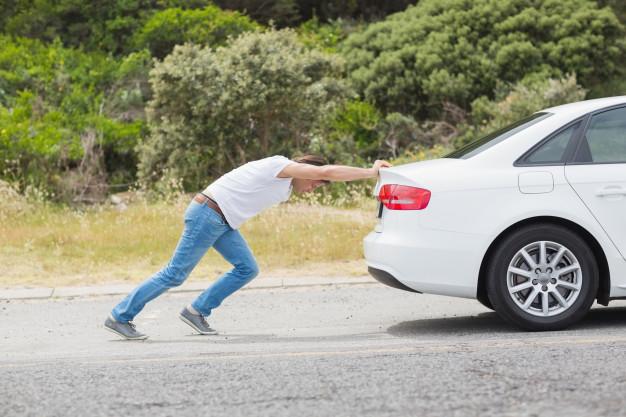 ¿Por qué es una mala idea empujar un coche que se ha quedado sin batería? | Garantia Plus